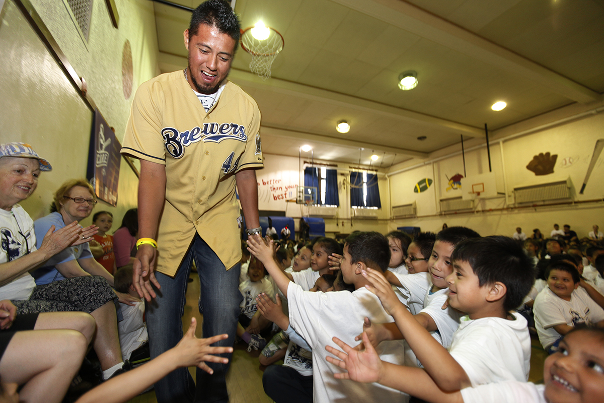 Yovani Gallardo with students.