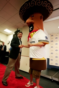 Doug Melvin greets Chorizo at his press conference in 2006.